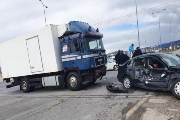 Σοβαρό τροχαίο στα Τρίκαλα: Φορτηγό συγκρούστηκε με αυτοκίνητο!