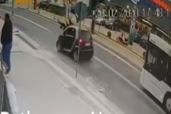 Αυτοκίνητο χτυπάει μάνα και παιδί στο Ρέθυμνο- Το βίντεο είναι σοκαριστικό