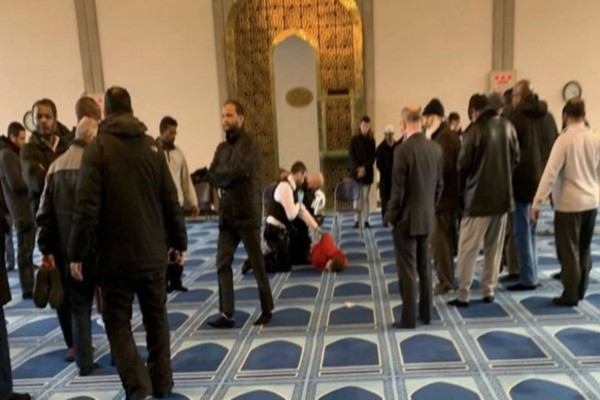 Βίντεο-σοκ από το Λονδίνο! Άνδρας επιτέθηκε με μαχαίρι σε ιμάμη σε τζαμί την ώρα της προσευχής!