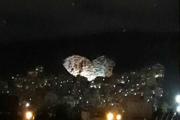 Υπέροχο θέαμα! Φώτισαν τη μεγαλύτερη φυσική καρδιά της Ευρώπης στο Χαϊδάρι!