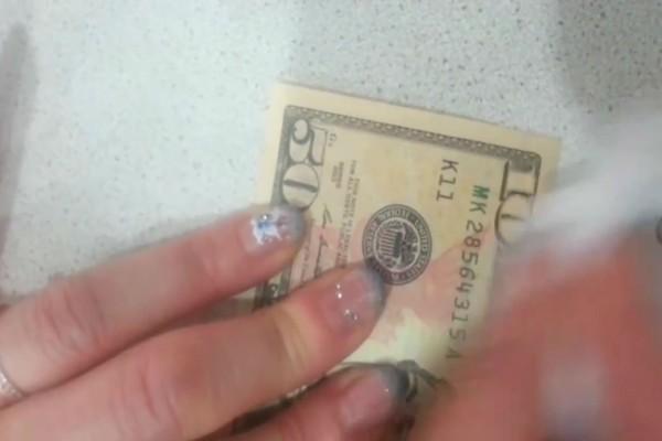 Με λίγο καθαρό αλκοόλ καθάρισε ένα χαρτονόμισμα... Αυτό που αποκαλύφθηκε θα σας ανοίξει τα μάτια!