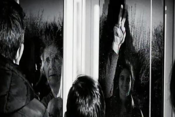 Κορωνοϊός: Ολόκληρη οικογένεια σε χωριό υπό καραντίνα - Η ασπρόμαυρη φωτογραφία που συγκλονίζει