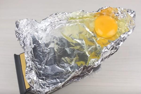 Τυλίγει με αλουμινόχαρτο το σίδερο και ρίχνει πάνω ένα αυγό - Το αποτέλεσμα θα σας ενθουσιάσει!