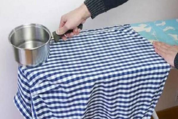 Έριξε σε μια κατσαρόλα βραστό νερό και την ακούμπησε πάνω σε ένα τσαλακωμένο πουκάμισο. Μόλις δείτε το λόγο θα τρέξετε να το κάνετε!