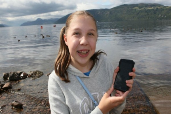 Αυτή η 12χρονη έβγαλε μια φωτογραφία δίπλα σε μια λίμνη  - Όταν την παρατήρησε καλύτερα όμως ανατρίχιασε!