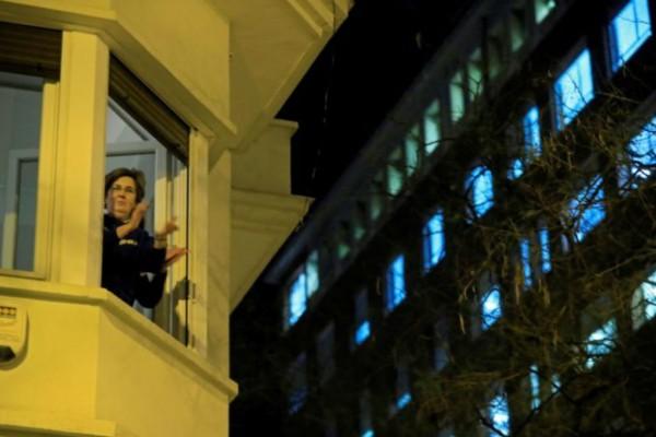 Ισπανία: Δίνουν συγχαρητήρια στους γιατρούς από... τα μπαλκόνια!