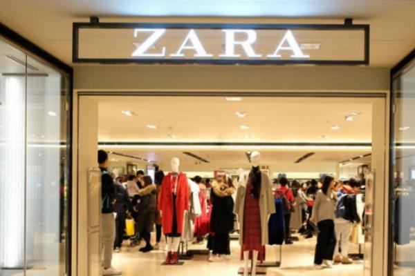 ZARA: Η βερμούδα με γυαλιστερή όψη που πρέπει να έχεις το Καλοκαίρι - Κοστίζει 22,95€