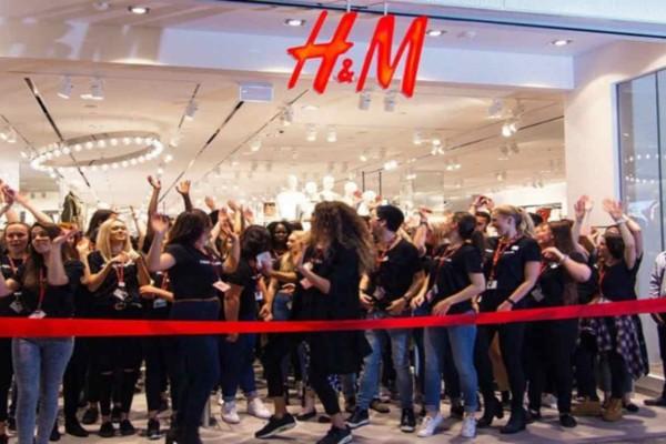 H&M: Η μπλούζα που θα σε κάνει fashion icon είναι άσπρη και έχει φανταστική λεπτομέρεια