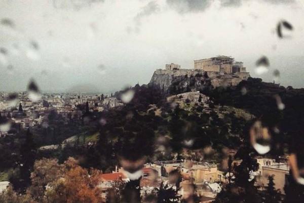 Η φωτογραφία της ημέρας: Βόλτα στη βροχερή Αθήνα