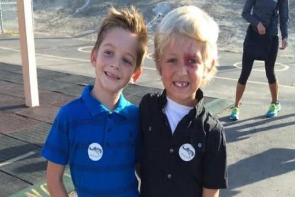 Μια μητέρα έβγαλε φωτογραφία τον γιο της με έναν φίλο του - Παρατηρήσετε καλύτερα όμως και θα