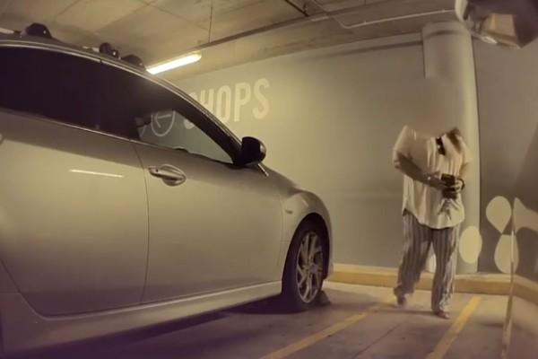 Η κάμερα ασφαλείας καταγράφει μια γυναίκα να πλησιάζει ένα πανάκριβο αυτοκίνητο - Αυτό που ακολούθησε είναι ότι πιο περίεργο έχετε δει!