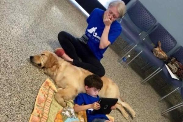 Βλέπετε μια κανονική φωτογραφία με ένα σκύλο και ένα παιδάκι - Μόλις διαβάσετε την ιστορία θα ξεσπάσετε σε κλάματα
