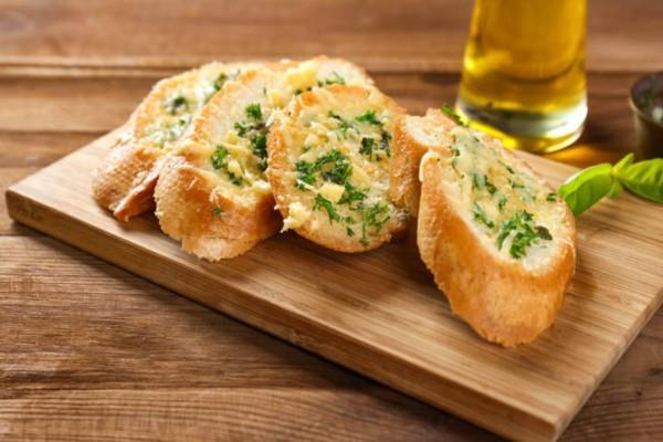 Λιώνει στο μίξερ σκόρδο με ελαιόλαδο και αλάτι και αλείφει το μείγμα στο ψωμί - Το αποτέλεσμα είναι μαγικό!