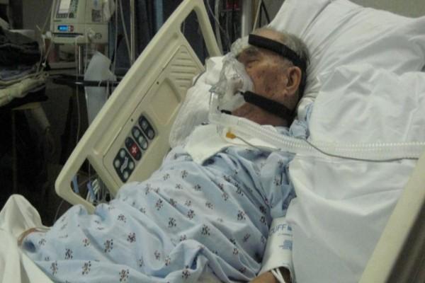 Στεκόταν δίπλα στον παππού του και λίγο πριν πεθάνει άνοιξε η πόρτα - Όταν είδε ποιος είναι πάγωσε