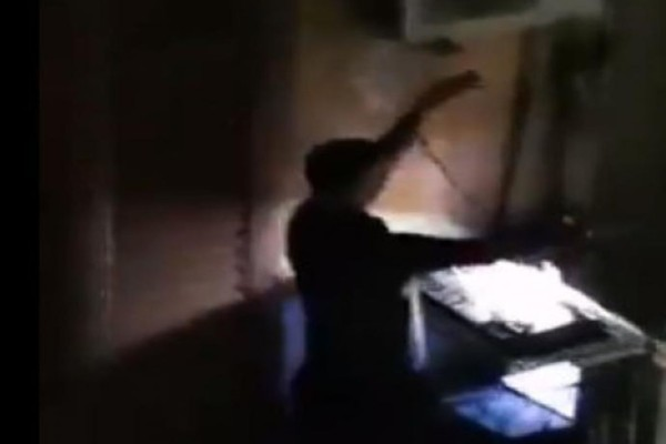 Ιταλία: DJ μετέτρεψε το μπαλκόνι του σε κλαμπ για να διασκεδάσει τους φυλακισμένους, από τον κορωνοϊό, γείτονές του (video)
