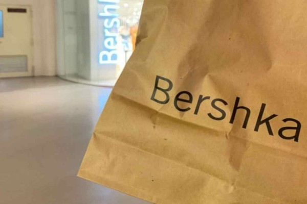 Bershka - Online shop: Η κουφετί φούστα με κροκό υφή που ερωτευτήκαμε