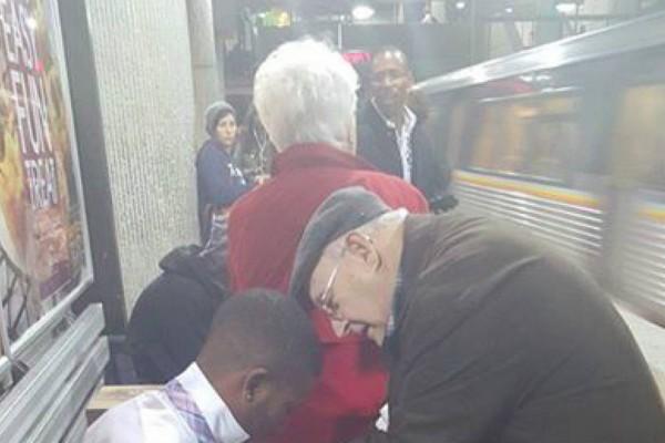 80χρονη γιαγιά πλησιάζει νεαρό άνδρα - Αυτό που συνέβη δευτερόλεπτα μετά θα σας αφήσει άφωνους