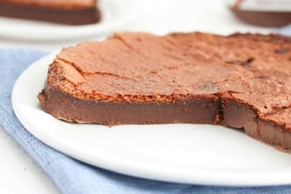 Οικονομικό και πεντανόστιμο κέικ σοκολάτας που έχει μόνο 2 υλικά