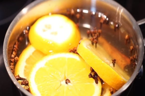 Βάζει σε ένα βάζο πορτοκάλι, κανέλα και γαρύφαλλο - Μόλις δείτε το αποτέλεσμα θα τρέξετε να το κάνετε!