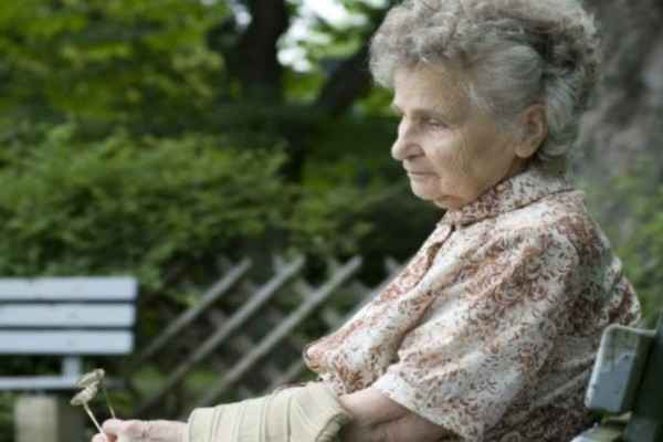 88χρονη γιαγιά ταξιδεύει μόνη - Όταν μάθαμε τον λόγο παγώσαμε