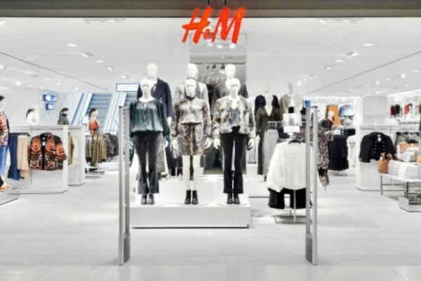 H&M: Βρήκαμε την τάση της σεζόν και δεν είναι άλλο από cigarette μαύρο παντελόνι
