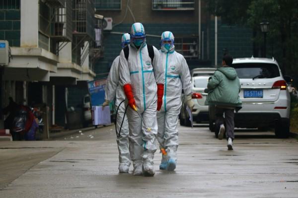Κορωναϊός: Δείτε μέσα σε πόσες μέρες εκδηλώνονται τα συμπτώματα του φονικού ιού (video)