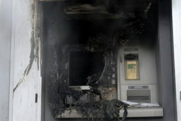 Πανικός στα Σπάτα: Έκρηξη σε 4 ΑΤΜ και ληστεία δίπλα σε εμπορικό κέντρο!