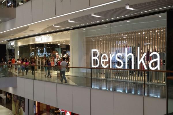 Bershka: Βρήκαμε το κορυφαίο crop πουκάμισο με φουσκωτά μανίκια με μόλις 17,99€!