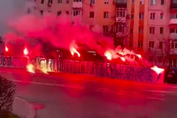 Έπος: Οπαδοί συγκεντρώθηκαν σε νοσοκομείο της Ρουμανίας και… άναψαν καπνογόνα για συμπαράσταση! (video)