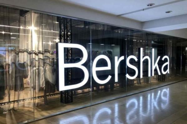 Bershka: Βρήκαμε το πιο θηλυκό φόρεμα  - Είναι μαύρο και έχει διαφάνεια στο πιο ωραίο σημείο