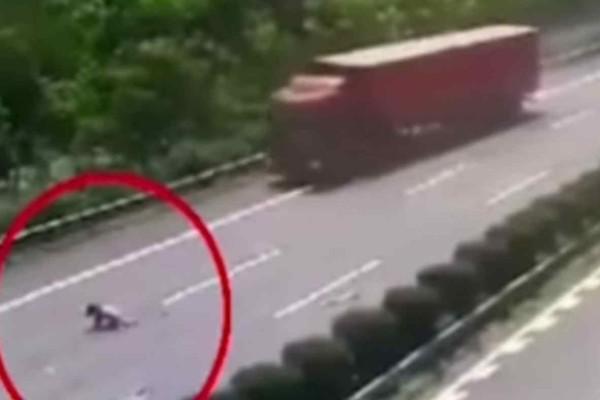 Σοκ: Κοριτσάκι πέφτει έξω από το αυτοκίνητο ενώ ο οδηγός κοιμάται στο τιμόνι - Η συνέχεια ανατριχιάζει