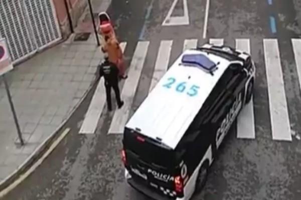 Αστυνομικός συνέλαβε άνδρα που έσπασε την καραντίνα και βγήκε έξω ντυμένος...δεινόσαυρος!