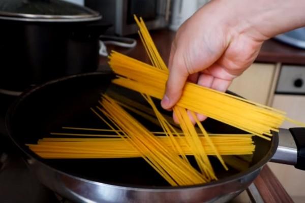 Ρίχνει τα μακαρόνια μέσα σε ένα τηγάνι - Μόλις δείτε το λόγο θα τρέξετε να το κάνετε!