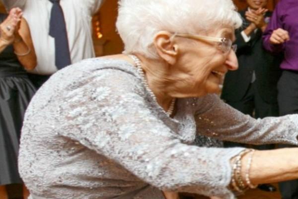 85χρονη γιαγιά με καμπούρα ξεκίνησε γιόγκα - Όταν δείτε το αποτέλεσμα θα πάθετε σοκ