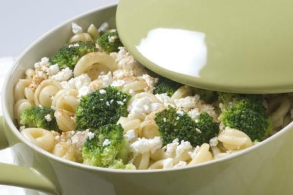 Ανακατεύει σε μια κατσαρόλα μακαρόνια, μπρόκολο και κρέμα γάλακτος - Το αποτέλεσμα είναι απλά πεντανόστιμο!