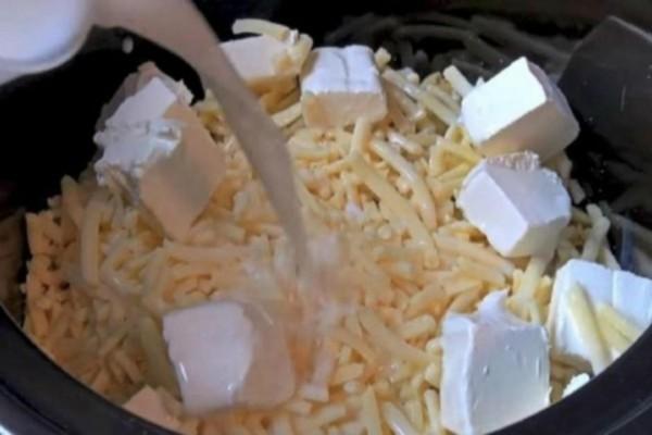 Πήρε τα μακαρόνια και τα έριξε μαζί με το τυρί στην χύτρα - Το αποτέλεσμα; Θεϊκό