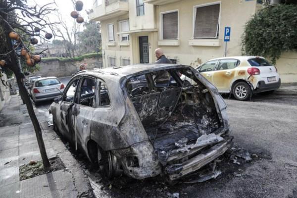 Βραδιά τρόμου σε Γλυφάδα και Κερατσίνι! Πυρπόλησαν έξι αυτοκίνητα στις δύο περιοχές! (video)