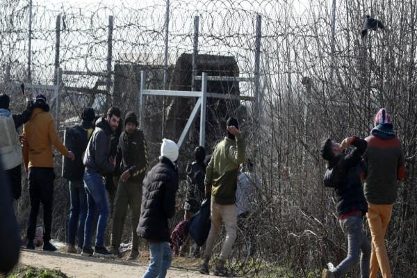 Λύνεται η πολιορκία στα σύνορα! Γυρίζουν με λεωφορεία στην Κωνσταντινούπολη από τον Έβρο οι μετανάστες! (video)