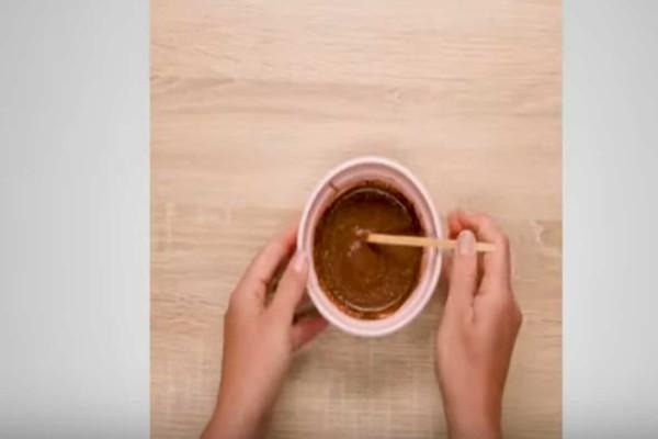 Ανακατεύει σε ένα μπολ μέλι, κανέλα, λεμόνι και μοσχοκάρυδο και το βάζει πάνω σε μια ουλή - Το αποτέλεσμα θα σας ενθουσιάσει!