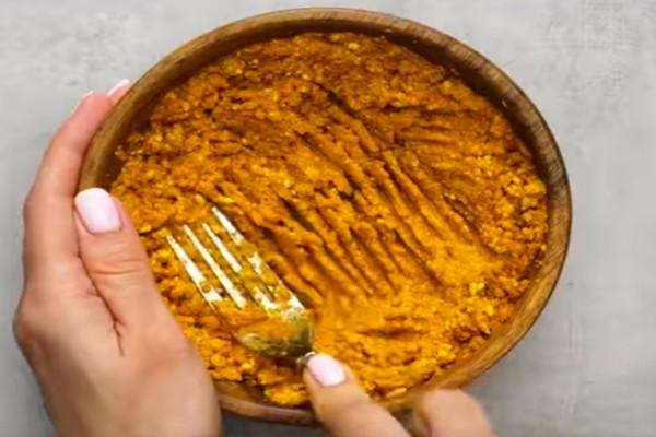 Ανακατεύει σε ένα μπολ φλούδες πορτοκαλιού, κουρκουμά και μέλι - Το αποτέλεσμα θα σας αφήσει με το στόμα ανοιχτό!