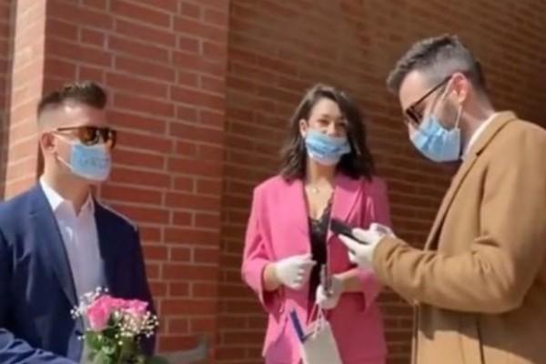 Γάμος με... κορωνοϊό: Με μάσκες και γάντια γαμπρός και νύφη