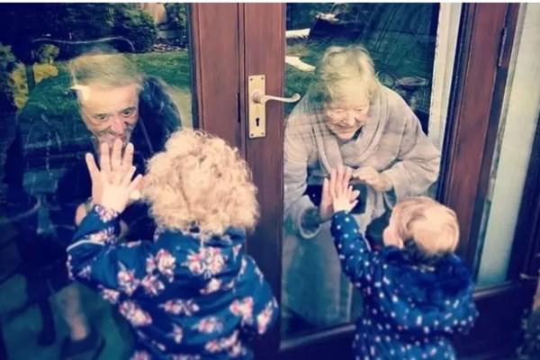 Γιαγιά και παππούς χαιρετάνε μέσω τζαμιού τα εγγονάκια τους λόγω καραντίνας - Ραγίζει καρδιές