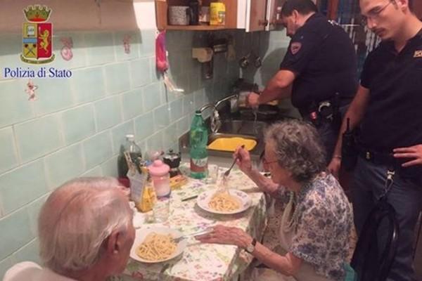 Αστυνομικοί βρήκαν την γιαγιά και τον παππού να κλαίνε στο σπίτι - Δεν φαντάζεστε τον λόγο
