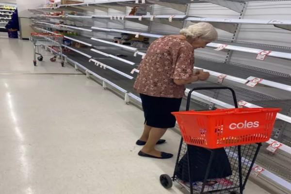Ραγίζει καρδιές - Αυτή η ηλικιωμένη ξεσπάει σε κλάματα σε άδειο σούπερ μάρκετ όταν δεν βρίσκει φαγητό