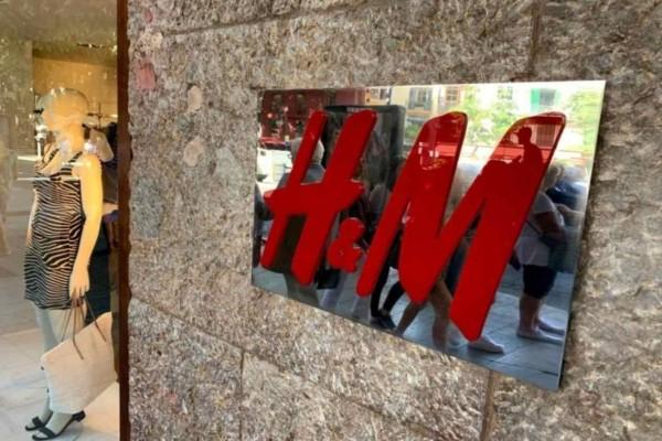 H&M: Το τζιν φόρεμα είναι ο,τι πιο διαχρονικό και hot- Το βρήκαμε στην πιο super τιμή!