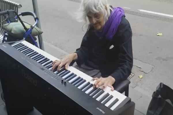 81χρονη άστεγη γιαγιά άρχισε να παίζει πιάνο σε μια στάση λεωφορείου - Θα πάθετε πλάκα