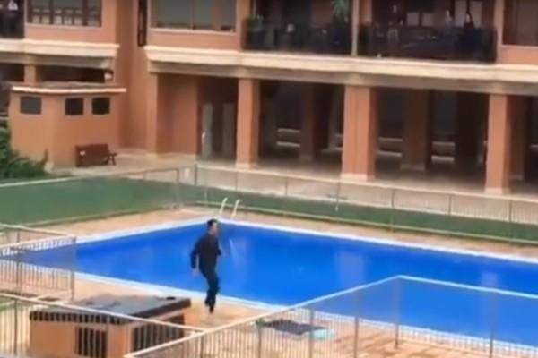 Κορωνοϊός: Ποδοσφαιριστής γυμνάζει τη γειτονιά του που είναι σε καραντίνα