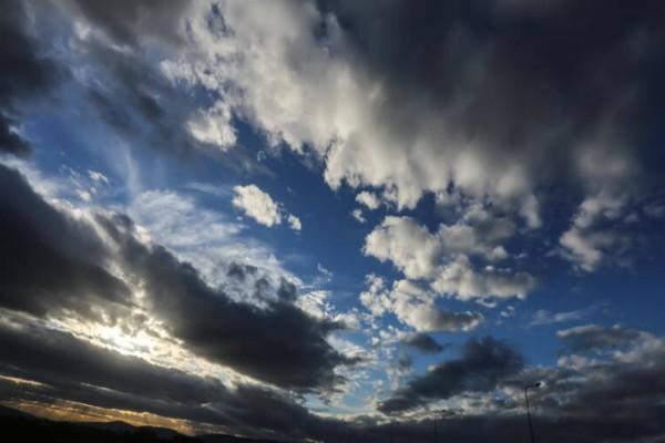 Καιρός: «Θερίζουν» οι θυελλώδεις άνεμοι και ανεβαίνει η θερμοκρασία