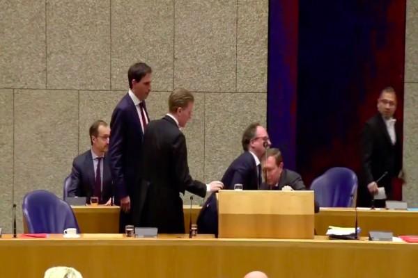 Κορωνοϊός: Σοκ στην Ολλανδία με την κατάρρευση του Υπουργού Ιατρικής Περίθαλψης! (video)