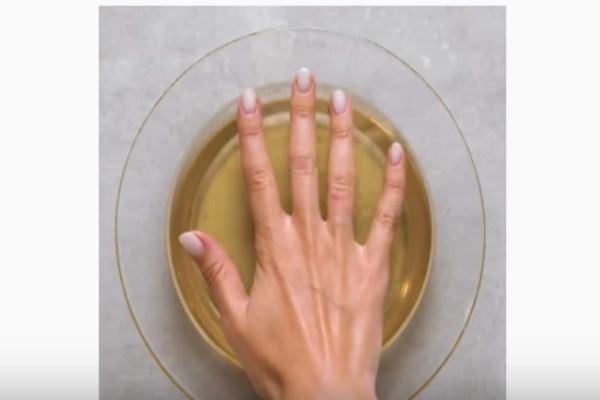 Βουτάει τα χέρια της σε λιωμένο κερί - Το αποτέλεσμα θα σας αφήσει με το στόμα ανοιχτό!